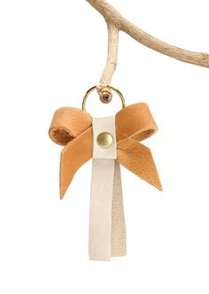 Top 50 DIY leather jewelry knots May 2020 Leather Keyring, Leather Earrings, Leather Jewelry, Custom Jewelry, Handmade Jewelry, Crea Cuir, Leather Scraps, Jewelry Knots, Sewing Leather