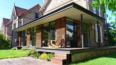 A Ermont, des particuliers ont souhaité agrandir leur maison en meulière, côté jardin, afin de doubler la surface de leur salon/salle à manger et profiter d'une vue et d'un accès direct sur l'extérieur. L'extension entièrement vitrée et la terrasse réalisée en bois permettent la continuité visuelle entre l'intérieur et l'extérieur de la maison. Le nouvel …