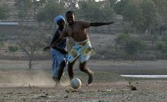 Mulheres disputam a bola em partida de futebol. Essa foto faz parte do projeto Football Made in Africa. Para ver o vídeo dessa imagem clique aqui.