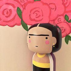 Frida y su flores  #kokeshi #muñecasjaponesas #kokeshidolls #regalosoriginales #regalosnavidad #comprasonline #navidad2016 #fridakahlo #diseño #ilustracion #comprasonline #gouconcept