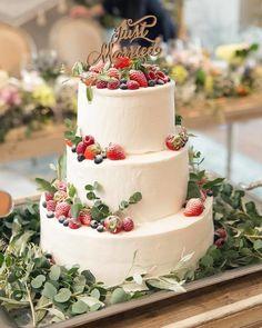 おふたりのウェディングケーキは、王道のイチゴにブルーベリーやラズベリーをプラスした正統派のケーキにされたそうです。ネイキッドケーキにも憧れはあったそうですが、ここは節約ポイントとしてこちらのケーキにされたそうですが、ナチュラルな空間にもピッタリで大満足とのこと。