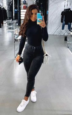 Básica e cool no inverno: 10 propostas de looks - Blusa preta de manga, blusa de gola alta, calça skinny preta, tênis branco, bolsa branca de corrente Source by lillykayajogalitzki ideas ideen ideen männer Cute Casual Outfits, Basic Outfits, Mode Outfits, Simple Outfits, Stylish Outfits, Cute All Black Outfits, Cute Everyday Outfits, Cute Outfits With Jeans, Cool Outfits For Girls