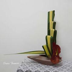 No photo description available. Contemporary Flower Arrangements, Creative Flower Arrangements, Tropical Floral Arrangements, Unique Flower Arrangements, Ikebana Flower Arrangement, Ikebana Arrangements, Art Deco Flowers, Flower Art, Cactus Flower