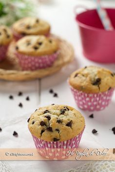 Muffin con gocce di cioccolato (Chocolate Chip Muffins) Cupcakes, Cupcake Cakes, Sweet Recipes, Real Food Recipes, Plum Cake, Cake & Co, Pastry And Bakery, Chocolate Chip Muffins, Italian Desserts