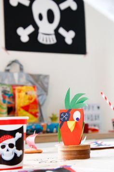 décoration en papier découpé pour un anniversaire pirate. Ici drapeau pirate et perroquets sont réalisés en papier par Camille Epplin et ses deux enfants. Paper Cutting, Playing Cards, Camille, Birthday, Party, Kids, Robin, Pirates, Birthday Display