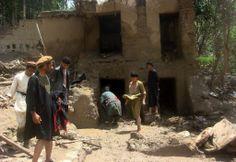 鉄砲水による地滑りが発生したアフガニスタンのバグラン(Baghlan)州Guzargah-e-Nur地区で、生存者を捜す住民たち(2014年6月7日撮影)。(c)AFP=時事/AFPBB News