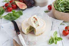 Surprenez vos invités avec ce fromage surprise farci au basilic et tomates séchées. Ceviche, Pesto, Batch Cooking, Fresh Rolls, Coco, Camembert Cheese, Dairy, Ethnic Recipes, Desserts