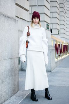 Veronika Heilbrunner en blanc et bonnet bordeaux à la Fashion Week de New York