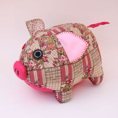 LittleChoux.com - Beatrice the Pig pin cushion