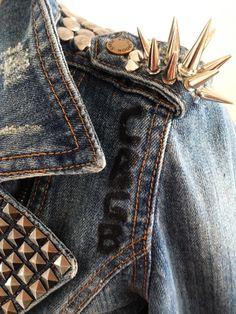 Jaqueta Jeans Nova Feminina (Tam.P) a Venda 'She Cat': com spikes, tachas e camafeu. Todos prateados. Jeans natural e tingido em preto. Algumas regiões desgastadas. Detalhe: CBGB / New Jeans Jacket 'She Cat'(Size S) for sale: with spikes, studs and details. All silver. Natural and black tan jeans. Some distressed pieces. Detail: CBGB.