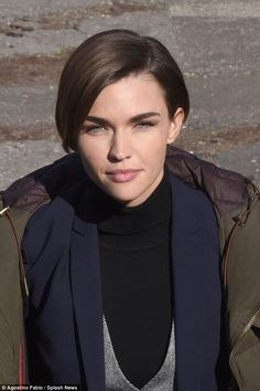 With her cropped chestnut coloured locks styled in a side parting, the star's pretty face was exposed, which sported minimal make-up - just a sweep of bronzer accentuating her cheekbones Short Hair Images, Short Hair Cuts, Short Hair Styles, Ruby Rose Lesbian, Androgynous Haircut, Rose Got, Crop Hair, Rose Queen, Lock Style