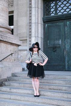 PLUS SIZE FASHION. Trip to Paris,   Plus Size Model & Blogger: Jules SchönWild.   Black hat, stripe shirt, tulle skirt, heels, bag & bow.   More on: http://schoenwild.de/german-curves-road-trip-a-paris-geburtstag-im-disneyland/  Pics: Lina Mallon