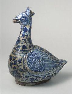 *Verseuse en forme d'oiseau, terre siliceuse à décor bleu et blanc, Iran, datée 1491-1492