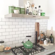 Een #kijkjeindekeuken op deze mooie donderdagochtend. Fijne dag allemaal! #keuken #kitchen #metrotiles #showhometop5 #homedetails #interior4all #roomforinspo #interiør #interiorwarrior #ilovemyinterior #kitchendetails #nicolasvahe #housedoctor #vintage #lecreuset #interior #interieur