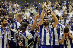 """FC Porto é heptacampeão de andebol - Quatro prolongamentos em cinco jogos traduzem uma final dos play-offs do campeonato de andebol muito equilibrada, mas a conclusão foi a mesma das seis temporadas anteriores. O FC Porto acabou a época campeão, perante um Sporting que complicou imenso o título portista, o sétimo consecutivo – e o 20.º do seu historial. O triunfo portista na """"negra"""" aconteceu por 34-32 e precisou de dois tempos extras, fechando a final com um resultado agregado de 3-2.  O…"""