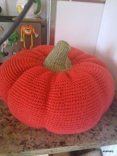 la calabaza ...simbolo de halloween !!!  nos animamos con esta calabaza qué  está hecha a ganchillo con lana muy gruesa en dos colores v... Feliz Halloween, Crochet Art, Knitted Hats, Beanie, Knitting, Crafts, Diy, Pumpkins, Hooks