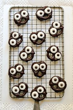 Dark Chocolate-Covered Pretzel Screams are such a cute idea for Halloween! | forkandbeans.com #dessert #candy