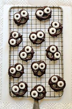 Dark Chocolate-Covered Pretzel Screams are such a cute idea for Halloween! | forkandbeans.com #dessert #candy