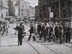 1960'larda Karaköy'de yaya geçidinden geçen (!) insanlarımız...