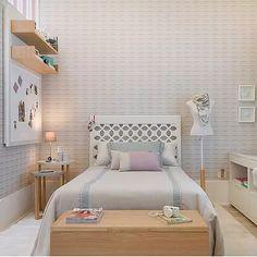 Para quem tem dificuldade em dormir, alterar a decoração do quarto pode ajudar positivamente a ter uma qualidade de sono melhor e mais completa. Com algumas pe