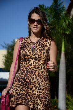 Look of the day with leopard print and pink bag.