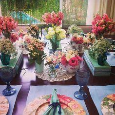Garrafinhas e jarrinhas coloridas são ótimos elementos para alegrar e reunir flores pelos ambientes. Decor by Taís Puntel