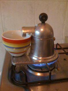 Pequeña cafetera de aluminio, muy antigua, va directamente a la hornalla... by Guzman Tasende