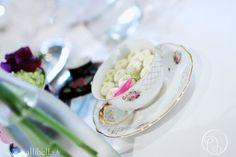 Des pâquerettes dans des tasses à thé. Mignon et romantique !