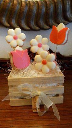 FLOWER SOAP Una manera original y única de regalar flores! Para los días festivos mas importantes de tu vida! Imagina su rostro se asombro cuando vea este arreglo de flores, con aceites aromáticos y que al final no irán al bote de basura sino que los puede utilizar , para decoración de baño mientras los usas en la ducha cuando lo prefiera! Siempre buscando e innovando, ideas nuevas y divertidas para hacerte la vida mas feliz!