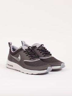 Flott sort sneaker fra Nike!Litt liten på størrelsen. Vi anbefaler å gå opp en halv til én st