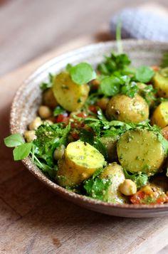 Wir lieben Kartoffeln und das vor allem um diese Jahreszeit. Sie sind so vielseitig und können mit wenig Mühe in die tollsten Gerichte verwandelt werden, zum Beispiel in diesen Kartoffelsalat mit einem frischen Twist. Nur ein paar tolle, frische Zutaten machen aus einem klassischen Kartoffelsa