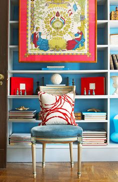 Love this strong contrast color scheme. Bold statement with paint and decor.