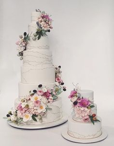 the wrap around flowers will never go out of style. these type of cakes are wonderful year round. #rbicakes