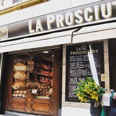 Apesar dos inúmeros prédios coloridos e das pessoas andando pra lá e pra cá de bicicleta, a cidade de #Parma conquista realmente pela barriga com seus queijos, vinhos e prosciuttos da região! Impossível não se render às suas delícias gastronômicas! - Instagram by  vontadedeviajar