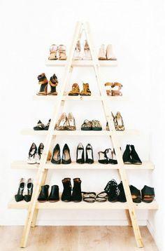 Escalera vieja reciclada para apoyar los zapatos.