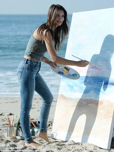 Emily Ratajkowski on the set of American Eagle Denim Shoot in Malibu Emily Ratajkowski Paintings, Emily Ratajkowski Style, Cute Casual Outfits, Chic Outfits, Skinny Fashion, Malibu Beaches, Elegant Outfit, Beautiful Asian Women, Girls Jeans