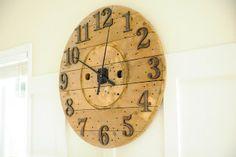 Reloj elaborado a partir de una bobina de cable.