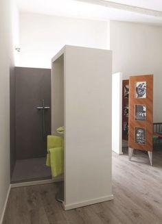 Du linge vert anis pour une touche de couleur punchy dans la douche. Plus de photos sur Côté Maison http://petitlien.fr/82u9