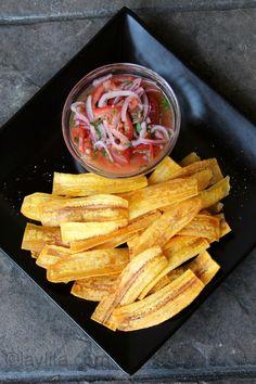 Receita de chifles caseiros, também conhecidos como mariquitas, chicharitas, platanutres, platanitos ou plataninas, ou salgadinhos fritos de banana-da-terra.