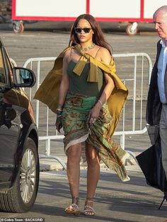 Money: Rihanna's boyfriend Hassan is the son to auto mogul Mohammed Abdul Latif Jameel and… Rihanna Boyfriend, Rihanna Riri, Rihanna Outfits, Rihanna Street Style, Blouse Outfit, Chic Dress, Woman Crush, Get Dressed, Celebrity Style
