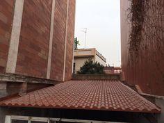 El Panel Sandwich con forma de teja es utilizado en el sector residencial y comercial por su aspecto y su integración en el entorno.