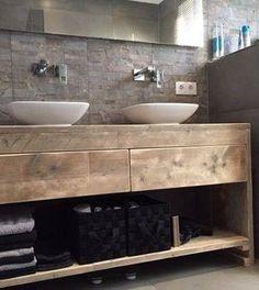 Landelijk en sfeervol steigerhouten badkamermeubel voorzien van 2 lades lopen op geleiders en 1 legger. Dit meubel is vervaardigd uit nieuw vergrijsd steigerhout. Splintervrije afwerking en afgerond met open vijsgaten. Bovenblad voorzien van Nano coating(waterafstotend)