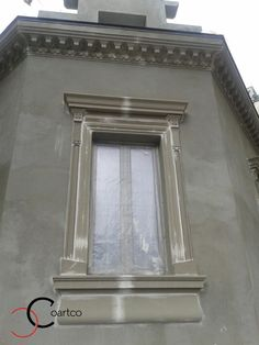 Montare Ancadramente Decorative din Polistiren pe Fatada Casei Cement Design, Wall Design, House Window Design, House Design, Facade House, House Facades, House Property, External Doors, Plaster Walls
