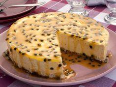 Foto: Torta-mousse de maracujá <3 Anote a Receita: http://www.showdereceitas.com/receita-de-torta-mousse-de-maracuja-2/