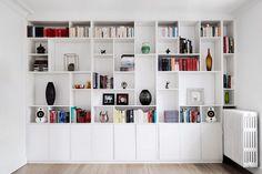 Væg til væg reol Living Room Bookcase, Wall Bookshelves, Living Room Storage, Built In Shelves, Home Office Storage, Home Organization, Yellow Room Decor, Ikea Eket, Shelving