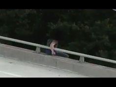Intenta quitarse la vida al arrojarse de un puente pero 'oh sorpresa'