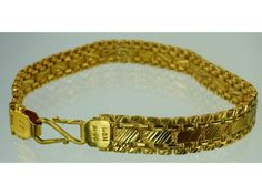 K Gold is formed into a finer Figaro style chain.