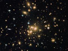先日発見された宇宙最初期の銀河に、大量の塵(ちり)が含まれていることがわかった。この塵は理論上、そこにあるはずのないものだという。