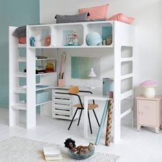 En libérant l'espace au sol, ce lit mezzanine permet d'accueillir un espace bureau.