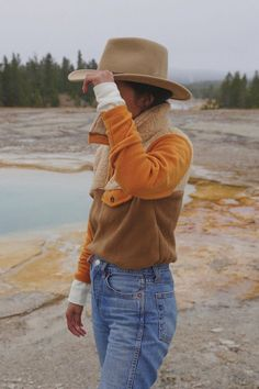 How 5 Fashion Girls Style the Same Cozy Fleece Donni fleece pullover Cute Hiking Outfit, Trekking Outfit, Summer Hiking Outfit, Camping Outfits For Women Summer, Summer Pants, Pullover Outfit, Fleece Pullover, Grunge Look, 90s Grunge